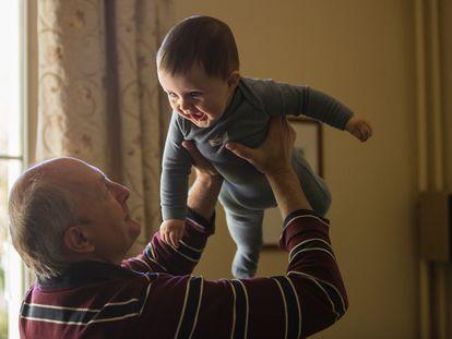 La figura de los abuelos supone para el niño personas de apego, es decir, figuras que le proporcionan seguridad, Cariño y protección.