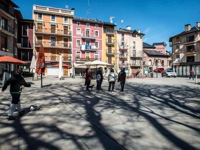 En la prácticamente vacía Plaza de Santa Maria de Puigcerdà, centro neurálgico del municipio, un grupo de vecinos comenta la incomprensible llegada masiva de propietarios de segundas residencias .