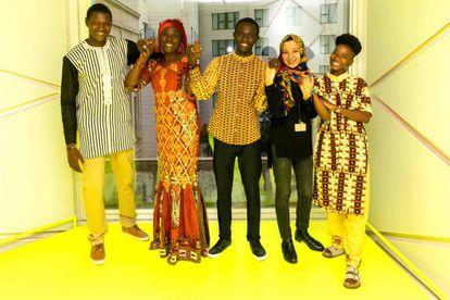 Las cinco artistas y creadoras del continente africano invitados a participar a las dos semanas del 4º Grigri Pixel. De derecha a izquierda: Ana Raquel Machava, arquitecta y directora del Maputo Cinema Festival (Mozambique) Meryem Aboulouafa, cantante, compositora y diseñadora en Casablanca (Marruecos); Amadou Mbaye, coordinador de desarrollo comunitario de Hahatay, en Gandiol, Saint Louis (Sénégal); Nana Kadidjatou Abdou Mounkaila, gestora del espacio Arene Théâtre, en Niamey (Niger) y Gildas Guiella, maker y fundador de Ougalab, en Ouagadougou (Burkina Faso).