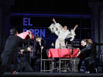 El espectáculo Covinal, de Sol Picó, en el encendido de las luces de Navidad de Barcelona.