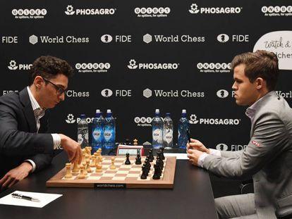 Caruana (i) y Carlsen, en la quinta partida del Mundial de Ajedrez.