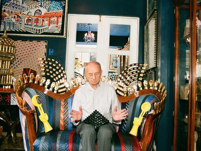Pedro Friedeberg, en su casa de Ciudad de México, rodeado de las obras de arte y objetos que ha recopilado en distintos ambientes: desde los círculos artísticos de vanguardia hasta mercadillos de artículos olvidados.