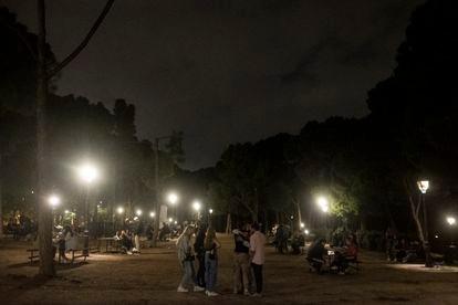 Jóvenes reunidos en el parque del Oeste, el pasado viernes.