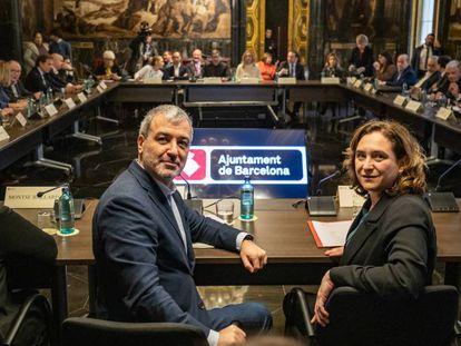 La alcaldesa de Barcelona, Ada Colau, y el primer teniente de alcalde de Barcelona, Jaume Collboni, durante la reunión con agentes económicos.
