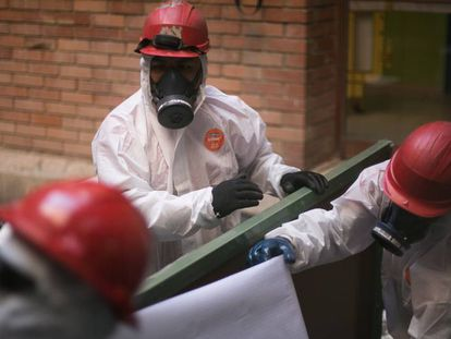 Retirada de pizarras con amianto en una escuela publica del area metropolitana de Barcelona.