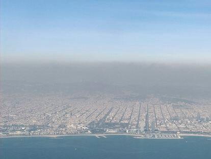 Vista aérea de Barcelona bajo la capa de contaminación.
