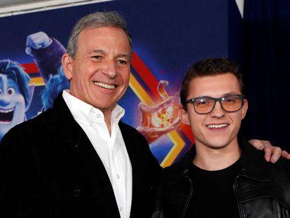 Robert Iger (a la izquierda) y Tom Holland, en la última premiere de Pixar en Los Ángeles.