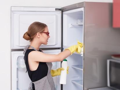 Con qué limpiar la nevera es una de las preguntas más habituales cuando toca enfrentarse por primera vez a esta tarea. GETTY IMAGES.