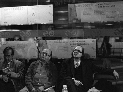 De derecha a izquierda, Pere Gimferrer, Manuel Vázquez Montalbán y Joan Margarit, durante una lectura de poemas en el metro de Barcelona, en 1997. CONSUELO BAUTISTA