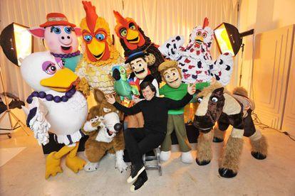 Roberto 'Kuky' Pumar con sus personajes de El Reino Infantil.