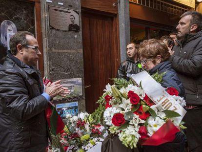 Los padres de Iñigo Cabacas, durante el homenaje del pasado viernes en Bilbao.