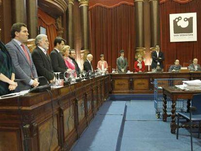 Momento en el que los ediles del PNV, PSE y PP guardan un minuto de silencio por Suárez y Azkuna, mientras el alcalde Izagirre y los concejales de Bildu permanecen sentados.