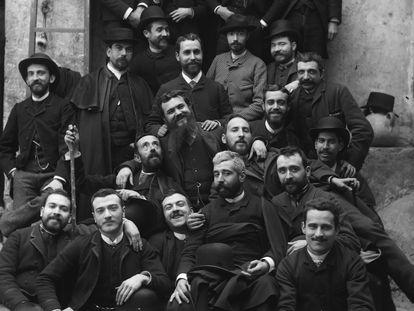 El científico Santiago Ramón y Cajal, en la segunda fila, detrás de un hombre de pelo blanco, con unos amigos en Valencia hacia 1885.
