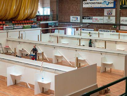 Un equipo de trabajadores convierte el pabellón 11 de Setembre de Lleida en un hospital provisional.