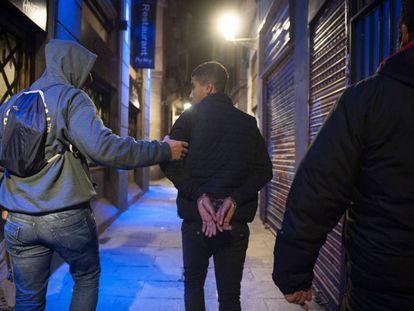 Un grupo de 'mossos' de paisano detiene a un joven en Barcelona.