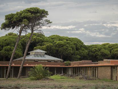 Edificio de Coderch para la sede del club de golf de El Prat, abandonado desde 2000, cuando Aena compró los terrenos para ampliar el aeropuerto de El Prat.