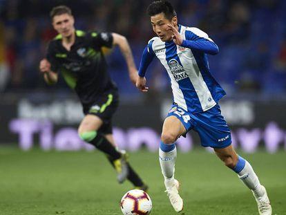 Wu Lei controla el balón en el Espanyol-Huesca.