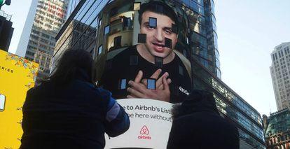 Brian Chesky, consejero delegado de Airbnb, en un vídeo proyectado sobre la fachada de la sede del Nasdaq en Nueva York, este jueves.