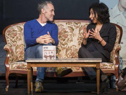 El director teatral Miguel del Arco y la escritora Yasmina Reza, en Teatro Pavón Kamikaze, de Madrid.