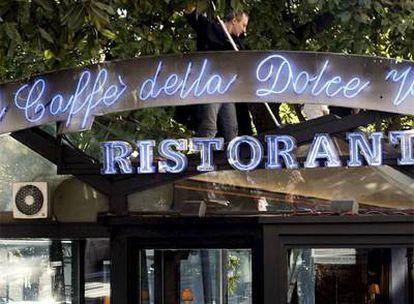 Entrada del Café de París, en Roma, tomada el pasado jueves.