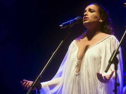La cantante israelí Ajinoam Nini 'Noa' durante su actuación en el Teatro de Córdoba, en 2017.