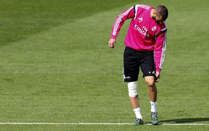 Karim Benzema abandona el entrenamiento por molestias en la rodilla