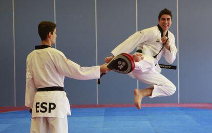 Nicolás García enseña a los niños uno de los golpeos que tienen que imitar