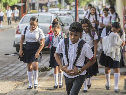 Un grupo de estudiantes se dirige al Colegio Público Rigoberto López Pérez de la capital, Managua, la mayoría sin mascarilla, en pleno inicio de la pandemia de covid-19 en, el 27 de abril de 2020. Nicaragua ha sido el único país de América Latina que nunca cerró las escuelas por la pandemia.