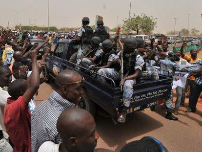 Seguidores de la Junta Militar animan a un grupo de soldados malienses junto al aeropuerto de Bamako.