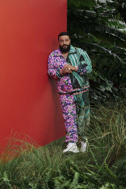 La buganvilla, una de las flores más habituales en Miami, es también el estampado elegido por DJ Khaled para su colaboración con Dolce&Gabbana, a la venta el 15 de marzo de 2021.