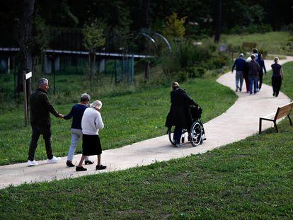 Pacientes con alzhéimer y sus cuidadores caminan por el pueblo francés de Dax, en septiembre de 2020.