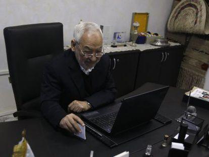 Rachid Ghanouchi, líder del partido islamista moderado de Túnez, Ennahda, en su oficina el pasado mes de noviembre.