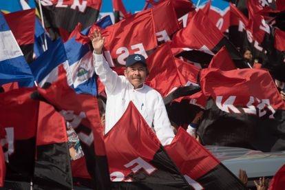 Daniel Ortega rodeado de miles de simpatizantes sandinistas