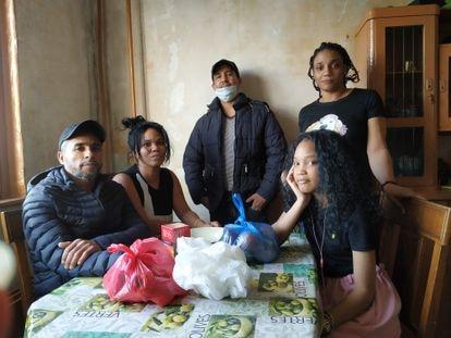 Desde la izquierda, los cubanos Óscar Osoria, Yuris Lady, Luis Milán, Madelaine de la Caridad y su hija, Shabely, en el apartamento que comparten en Moscú.