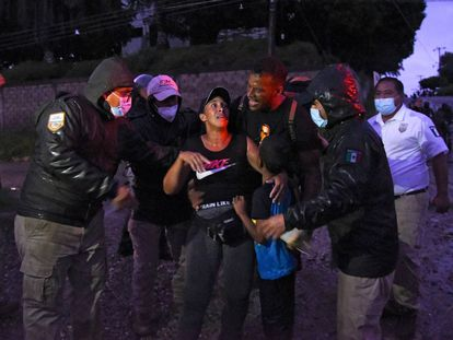 Agentes de migración mexicanos detienen a migrantes centroamericanos y haitianos que se dirigían en una caravana a los EE. UU. En Mapastepec, estado de Chiapas, México, a principios del 1 de septiembre de 2021.