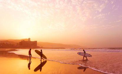 Surfistas en la playa de Las Canteras, en Las Palmas de Gran Canaria.