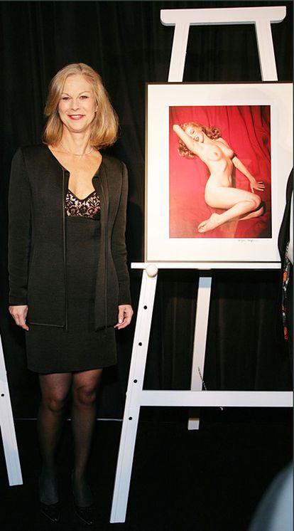 Christie Hefner posa con uno de los retratos de Marilyn Monroe que aparecieron en 'Playboy'.
