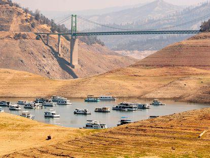 Decenas de botes anclados en el lago Oroville, que está al 22% de su capacidad.