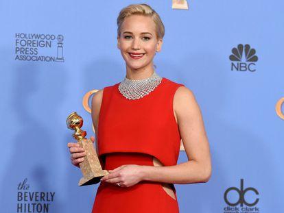 La actriz Jennifer Lawrence con su Globo de Oro como mejor actriz protagonista por 'Joy'