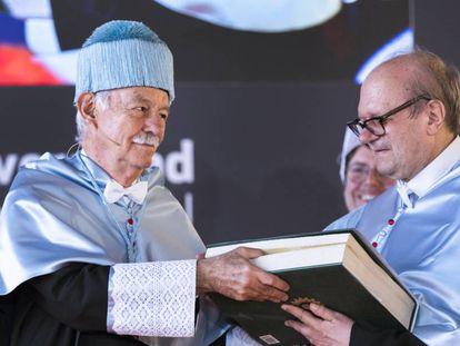 Eduardo Mendoza, con birrete, junto a Pere Gimferrer, durante su investidura como doctor 'honoris causa' por la Universidad Internacional Valenciana.