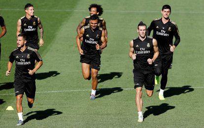 Hazard, Casemiro y Bale, delante de James Marcelo y Courtois, en Valdebebas.
