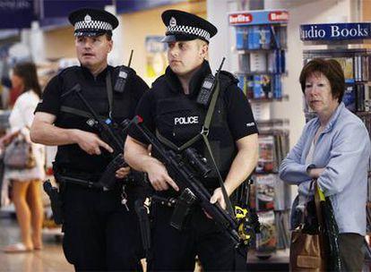 Dos policías patrullan por el aeropuerto de Glasgow tras un atentado fallido en el verano de 2007.