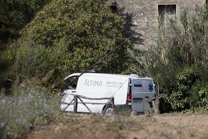 Una furgoneta de los servicios funerarios en el lugar de los hechos, este viernes, en Barcelona.