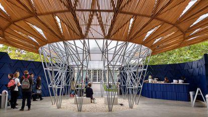 Vista de la estructura de acero central del Pabellón Kéré, el punto central de reunión bajo 'la copa del árbol'.