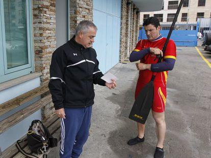 David Cal se prepara para el entrenamiento con su entrenador Suso Morlán.