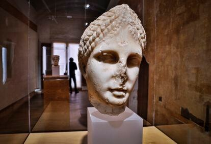 Una escultura romana de Diana aparecida en el castillo que se exhibe en el Museo Arqueológico de Sagunto.