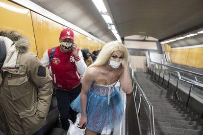 Brenda Star, en las escaleras del metro.