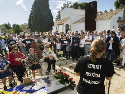 Acto de inicio de exhumación de una fosa en el cementerio de Paterna.
