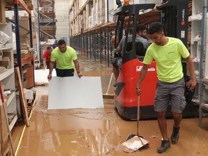 Inundaciones en una factoría de productos sanitarios de Ulldecona.