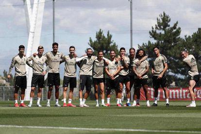 Gareth Bale, a la derecha, bromea con el gesto de un 'swing' de golf después de un entrenamiento del Real Madrid.